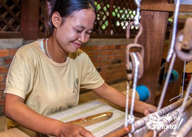 artesana de seda tejiendo
